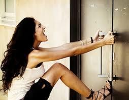 Ouvrir une porte claquée sans se ruiner
